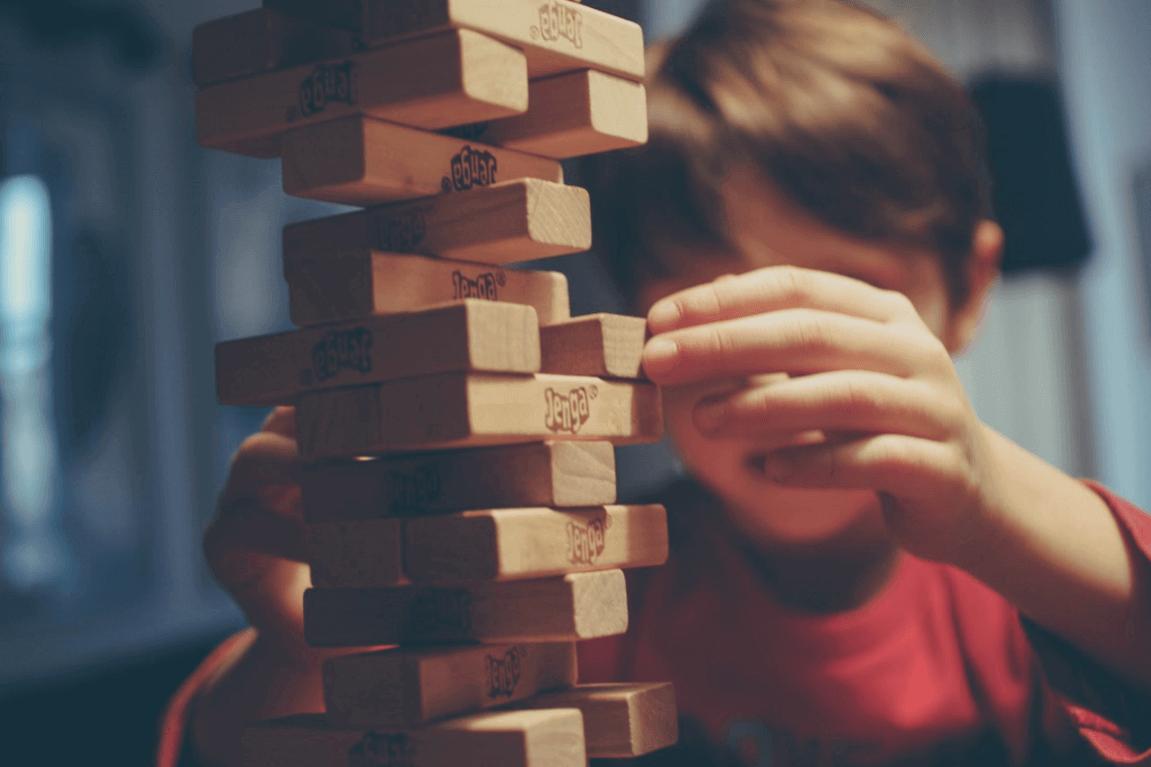 Niño con problemas de aprendizaje jugando