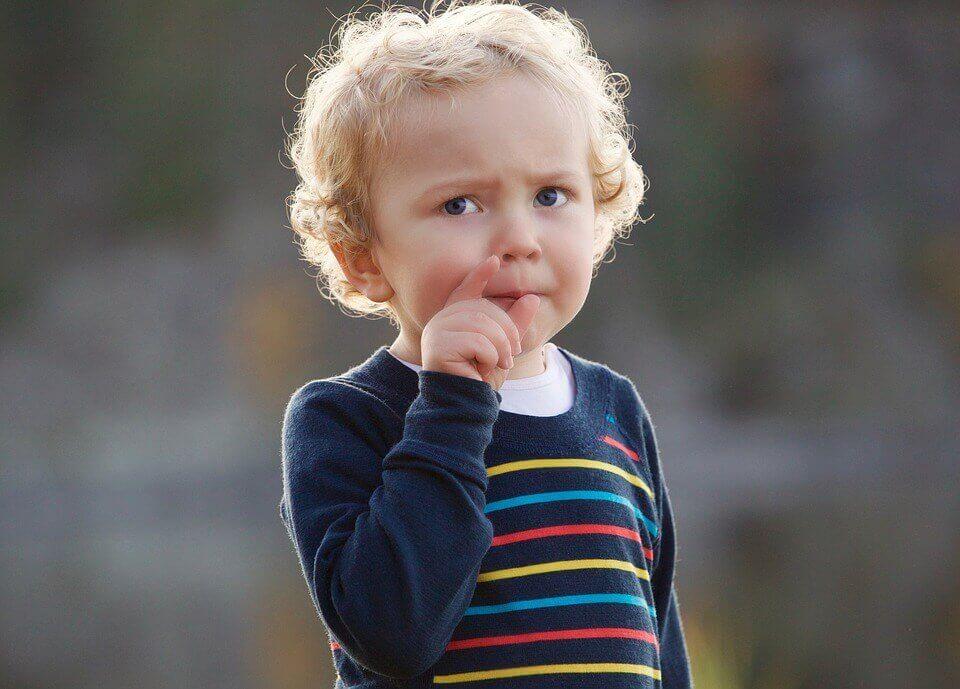 Niño pequeño pensando
