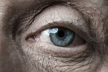 Ojos de una persona mayor simbolizando la regulación de las emociones en la vejez