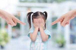 Padres tóxicos señalando a su hija