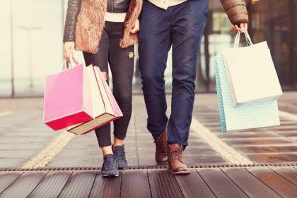 Pareja de compras feliz