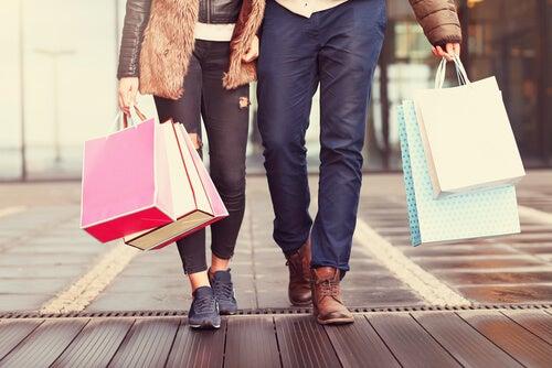 Pareja de compras feliz representando a tipos de consumidores