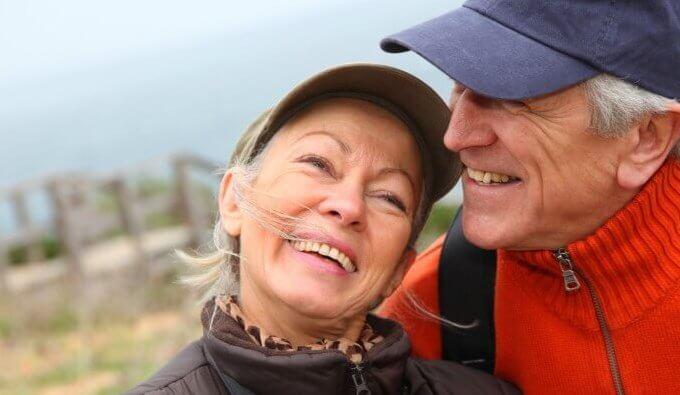 Pareja de personas mayores feliz al mantener una conversación positiva