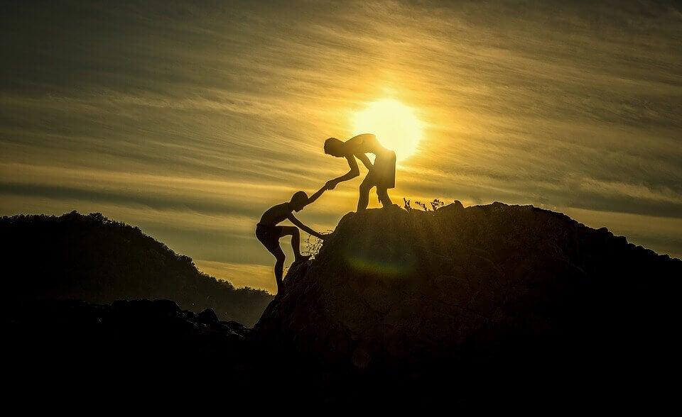 Persona ayudando a otra