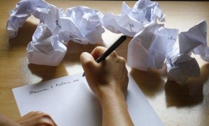 Persona escribiendo en un folio aplicando la técnica de solución de problemas
