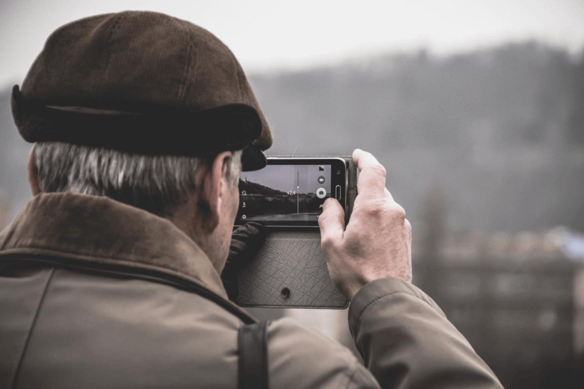 Persona mayor haciendo fotos
