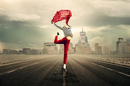 Persona saltando en la carretera para representar la paradoja de la libertad