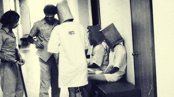 Philip Zimbardo realizando el experimento de Stanford