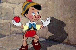 Pinocho con manzana
