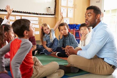 Profesor con alumnos en un aula simbolizando las Inteligencias múltiples en el aula