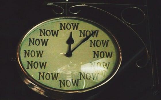 reloj que marca el ahora simbolizando lo que es sentir emociones extrañas