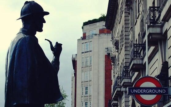 figura que nos inspira a pensar como Sherlock Holmes