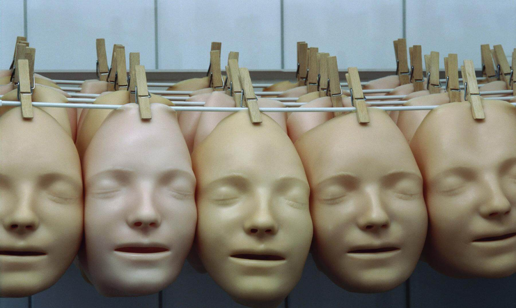 máscaras representando un alteración en el lóbulo temporal