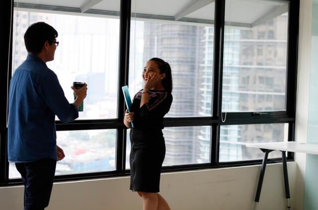 Trabajadores hablando entre ellos