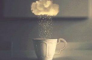 vaso con nube representando el agotamiento psicológico