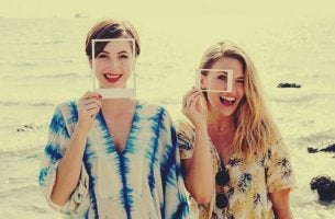 """chicas sujetando foto representando la amistad a """"primera vista"""""""