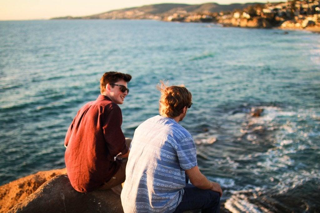 """chicos hablando en la playa representando la amistad a """"primera vista"""""""
