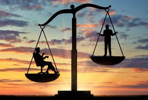 Balanza con dos personas representando la teoría de la elección racional