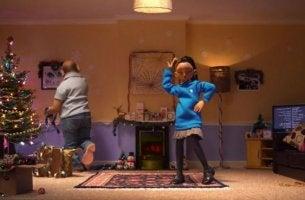 Niña bailando enseñando a su padre a estar presentes