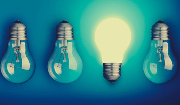 Bombillas representando la luz del desaprendizaje creativo