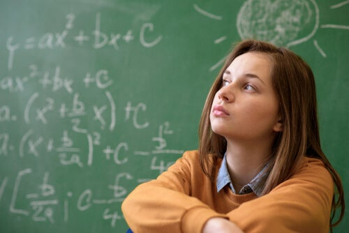 Chica en clase de matemáticas
