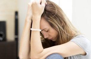 chica que sufre cansancio crónico