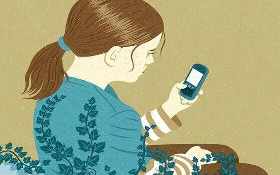 Chica mirando el móvil
