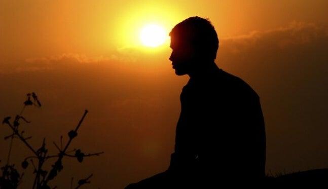 chico al amanecer pensando en las reglas de la vida