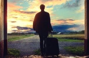 Chico con maleta representando a la generación boomerang