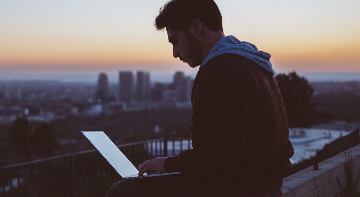 chico trabajando con ordenador intentando tener éxito en el trabajo
