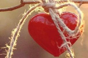 corazón atado que representa ser emocionalmente más fuertes