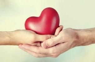 Manos con un corazón para representar la comunicación empática