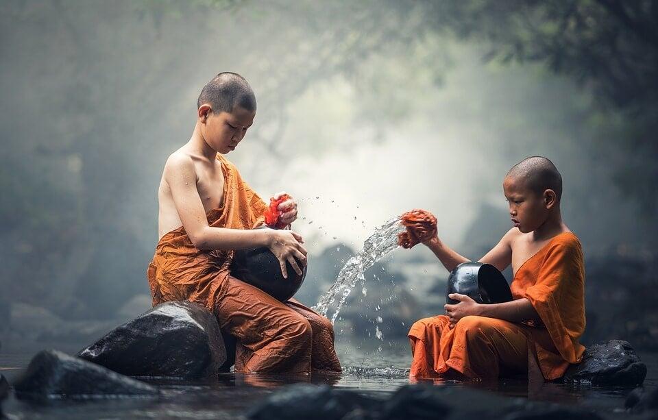 Niños asiáticos en el río