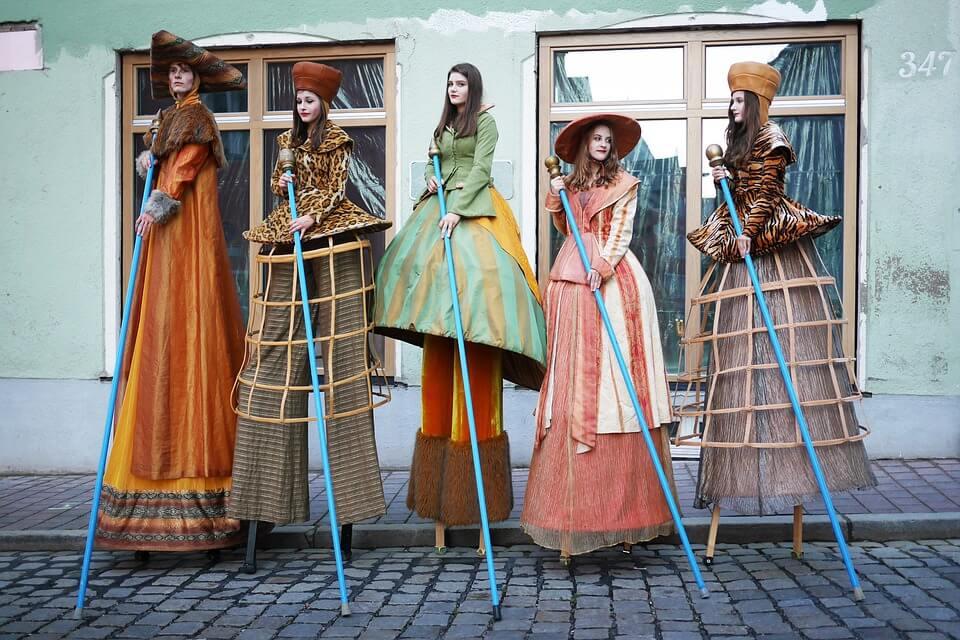 Mujeres vestidas de trajes tradicionales