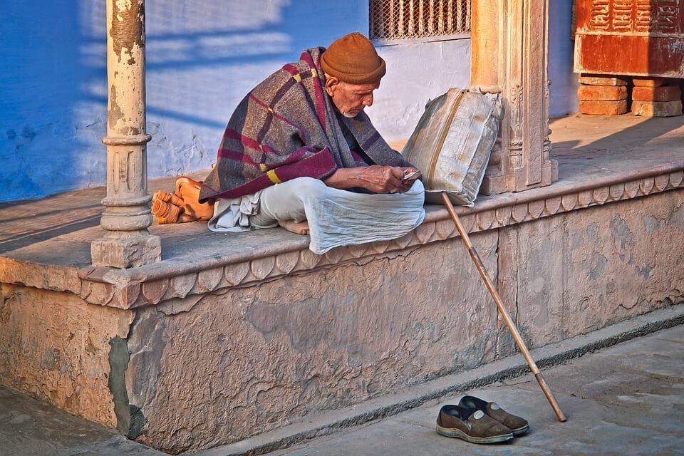 Hombre sentado en la calle en India