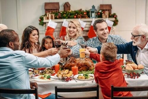 familia-brindando-en-la-cena