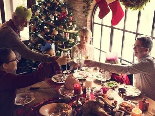 Familia cenando en navidad