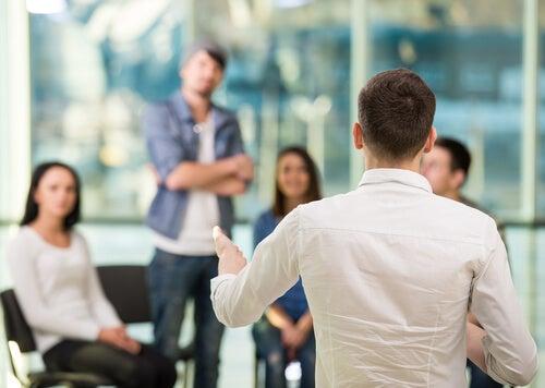 Hombre explicando por qué generan normas los grupos