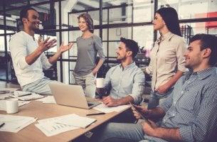 Grupo de personas hablando sobre trabajar en equipo