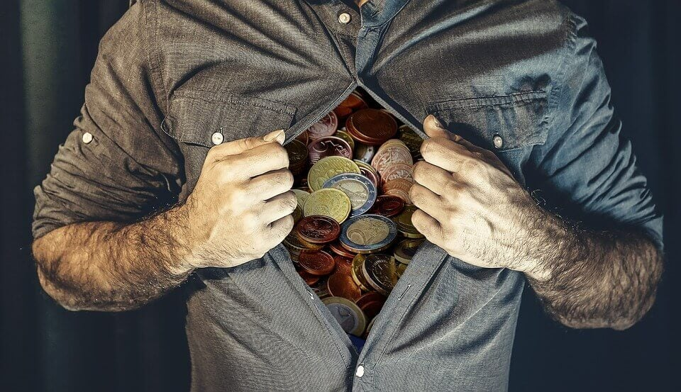 Hombre con el interior lleno de dinero