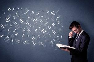 Hombre con dislexia leyendo