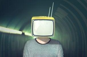 Hombre con televisión en la cabeza para representar las estrategias de la manipulación mediática