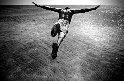 Hombre saltando al mar