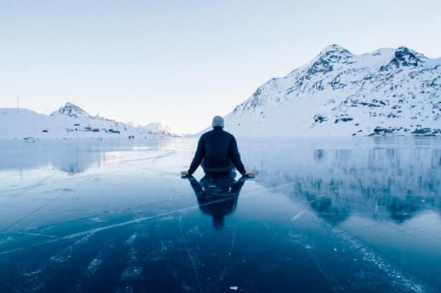 Hombre sentado en el hielo