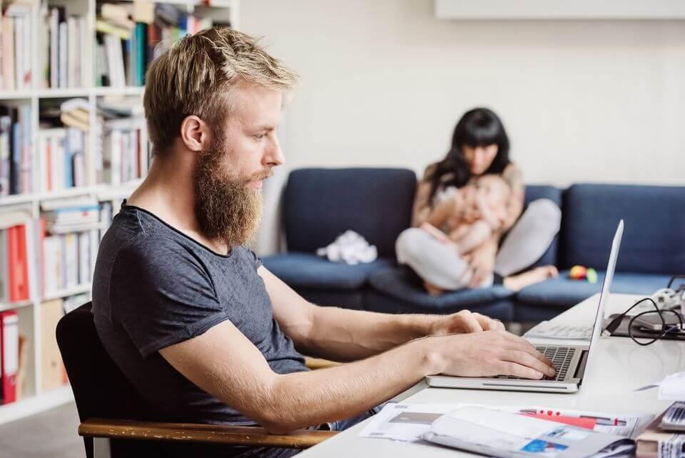 Hombre ignorando a su mujer y a su bebe