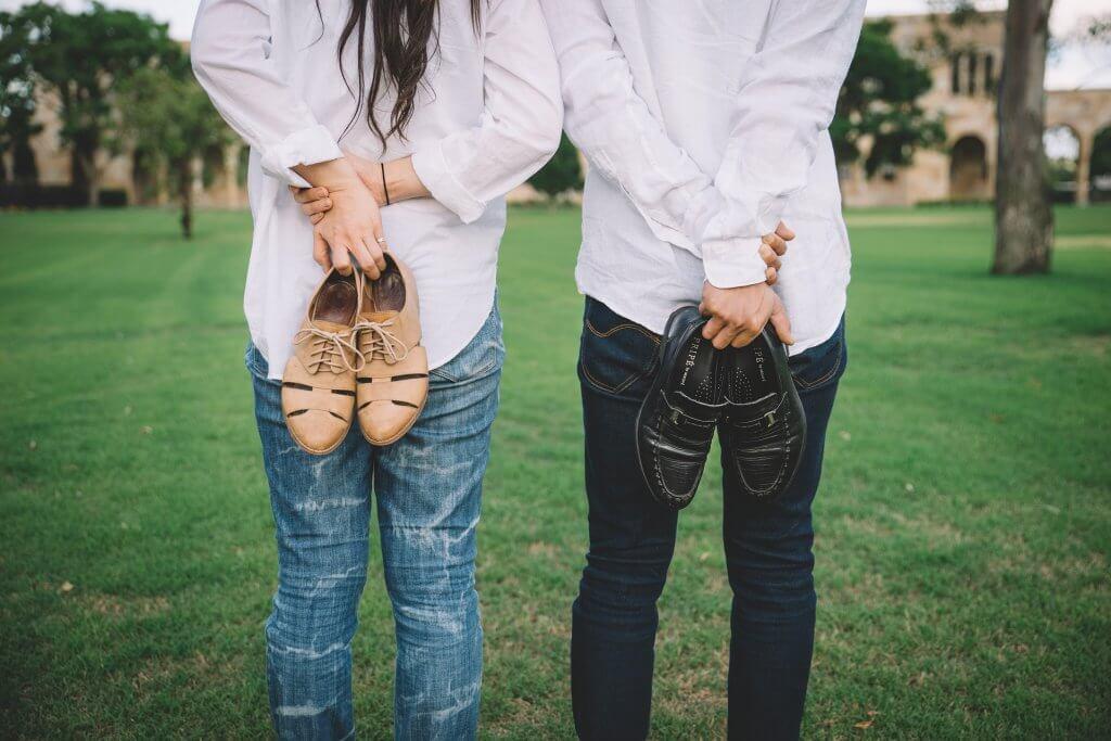 Hombre y mujer en el campo