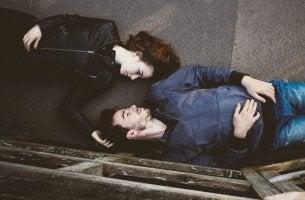 Hombre y mujer tumbados en el suelo para representar las diferencias entre los hombres y las mujeres