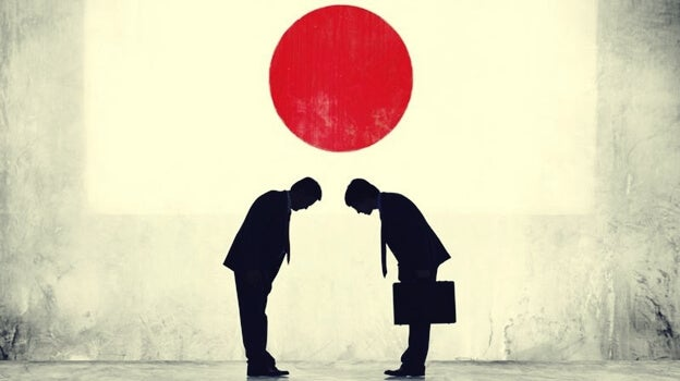 personas saludándose bajo sol naciente representando la psicología japonesa