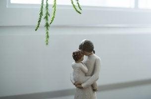 Madre cogiendo a su hijo en brazos como ejemplo de la infancia relajada