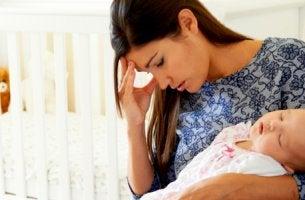 Madre sintiendo culpa por no dar el pecho a su bebé